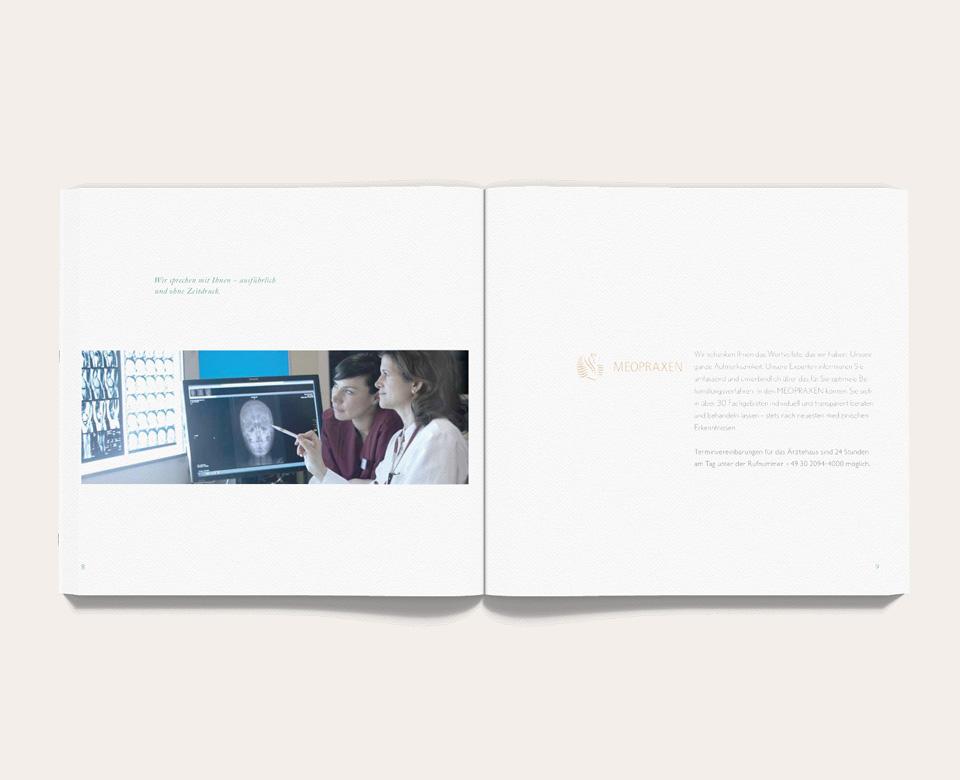Foto offenes Buch - Meoclinic Foto zwei Frauen Ärztin Röntgenbild Text nebendran