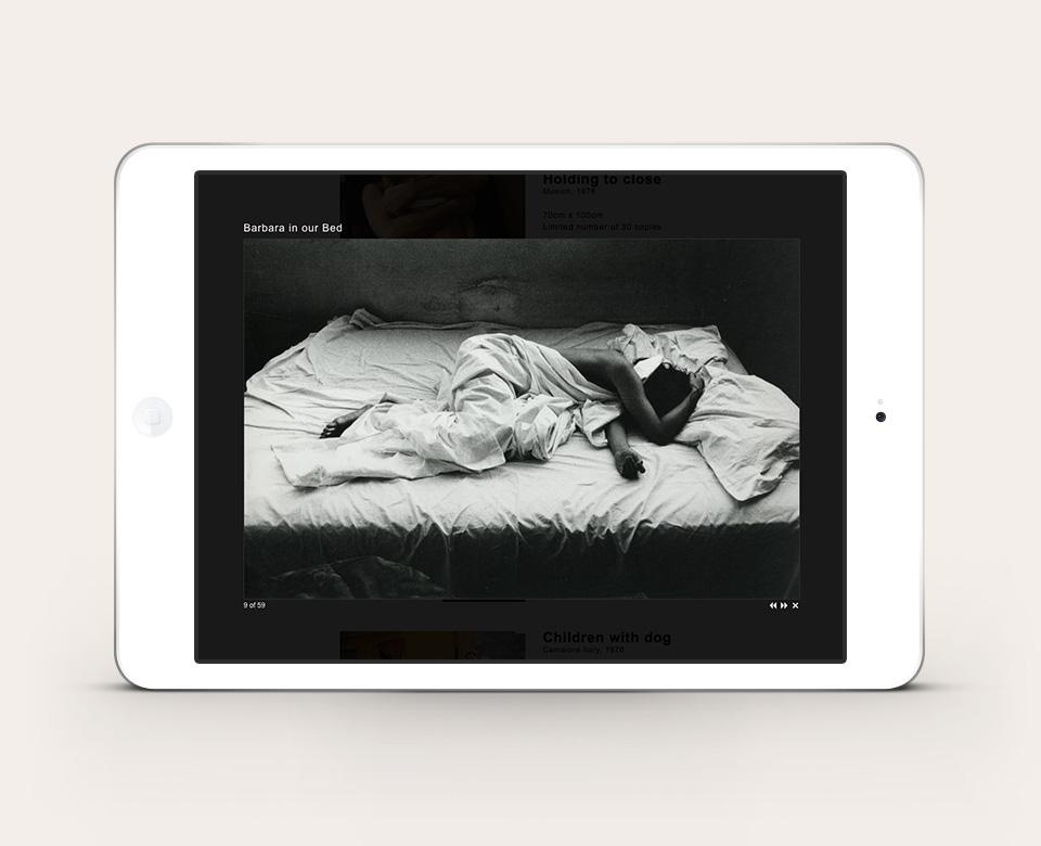 Mobile Ansicht ipad WillMcbride Foto schwarzweiss Frau mit Decke im Bett