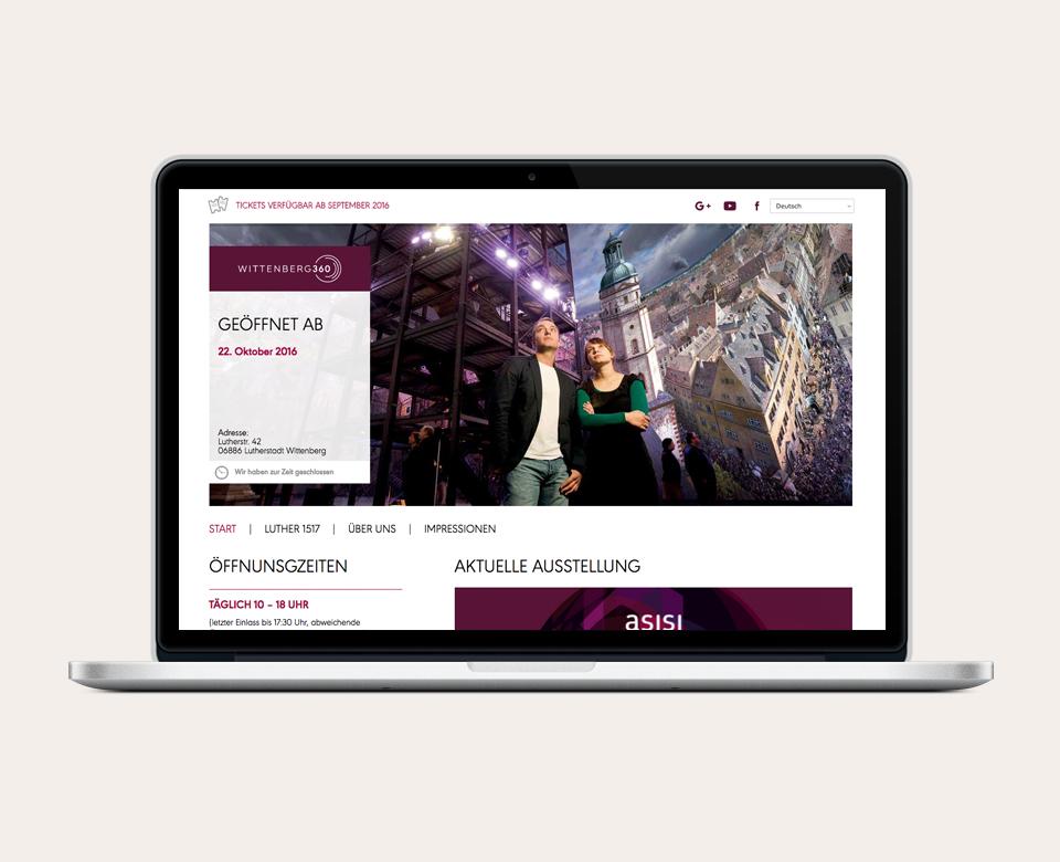 Auf dem Bild sieht man einen Laptop, auf dem die Website des asisi-Panoramas geöffnet ist. Es ist dabei die Startseite aufgerufen.