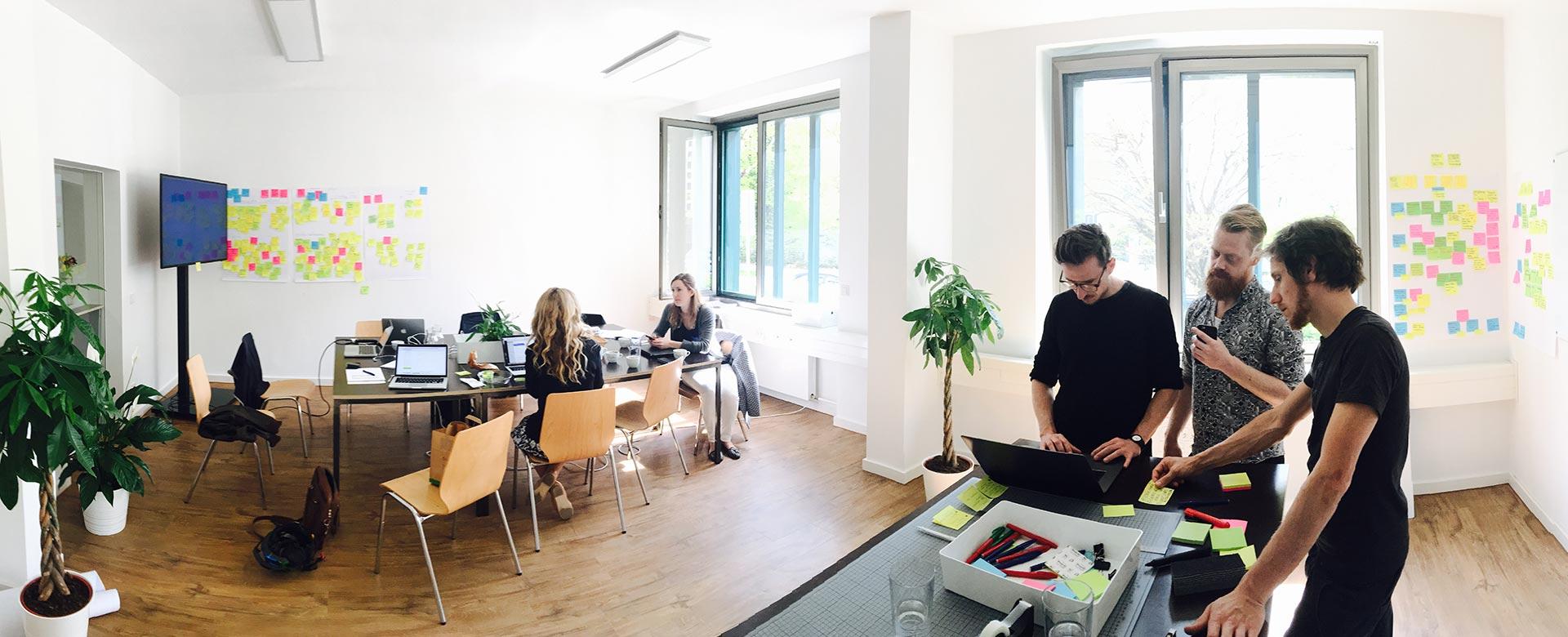 Navvis menschen im war room workshop der webseitenentwicklung