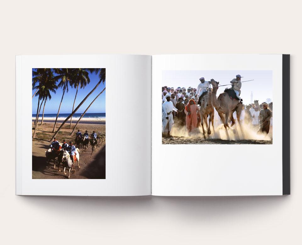 Ansicht eines offenen Buches mit zwei Fotos im Oman - Menschen reiten auf Pferden und Kamelen