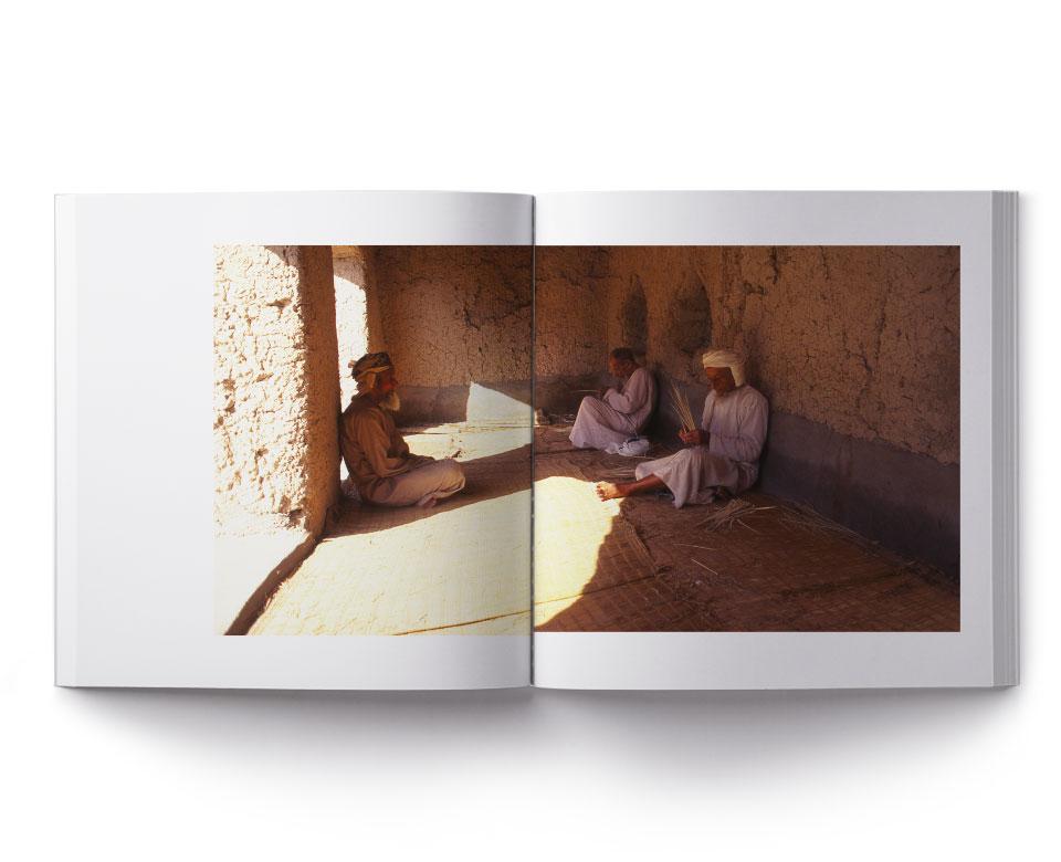 Offenes Buch Foto - drei arabische Männer mit Turban Sitzen auf dem Boden