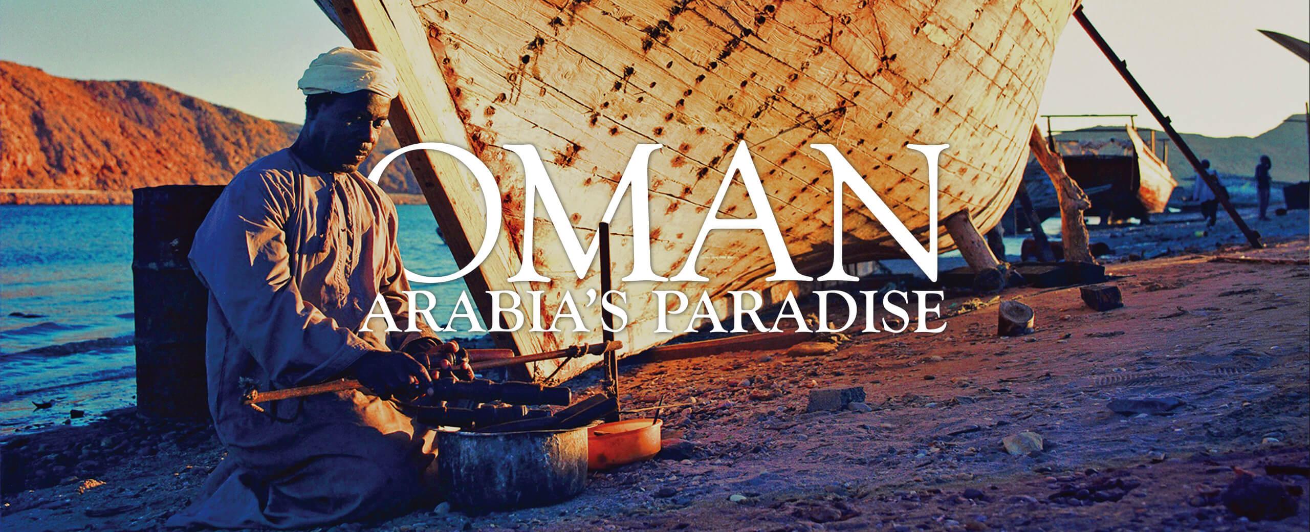 Header Oman Arabias Paradise arabisch aussehender Mann am Wasser macht Feuer