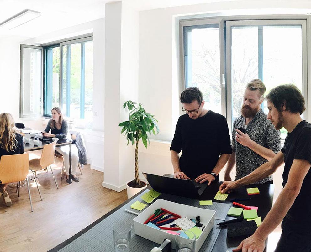 Navvis menschen im war room workshop der webseitenentwicklung mobil