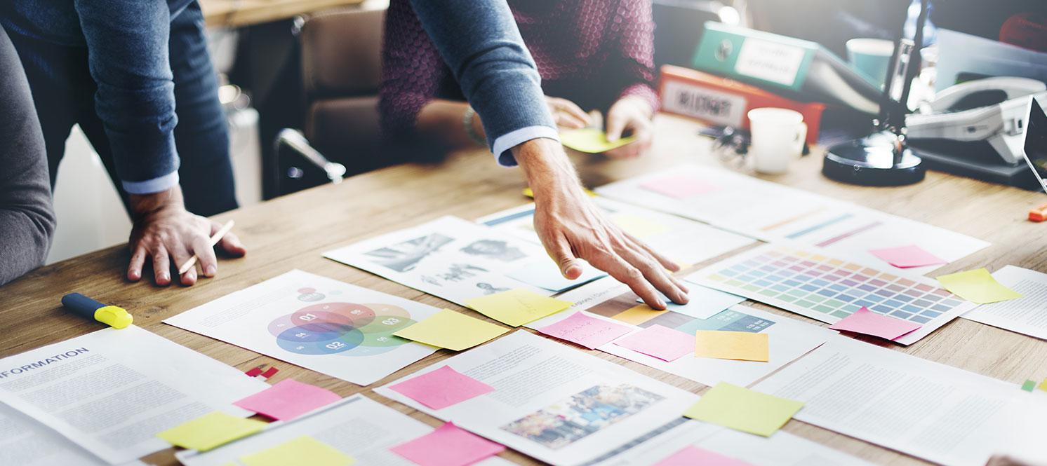 Designer in der Konzeption mit Papier auf dem Tisch
