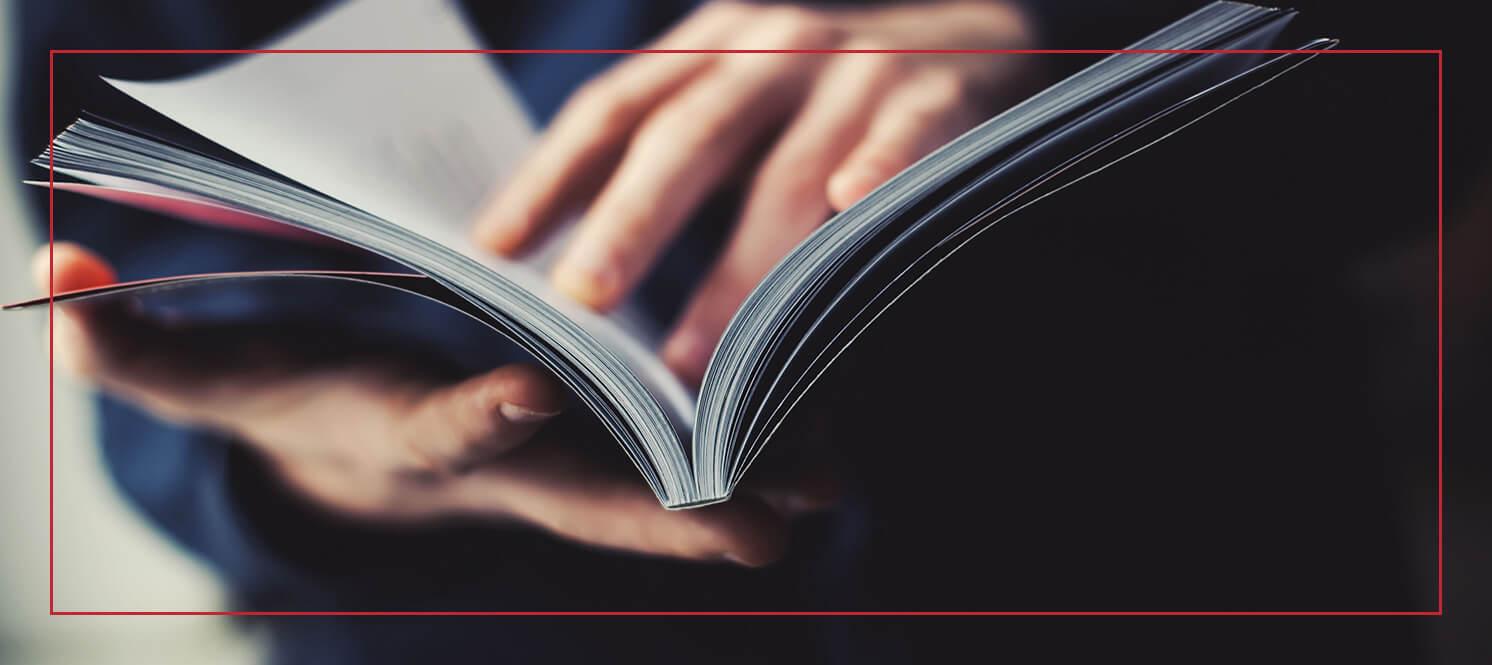 Durchblättern einer <a class='encyclopedia-keyword' href='https://www.aleksundshantu.com/wiki/broschuere/' title='Bei Broschüren handelt es sich um ein Printprodukt als Softcoverausgabe, also mit einem biegsamen Einband. Charakteristisch für Broschüren ist außerdem der verhältnismäßig...'>Broschüre</a>