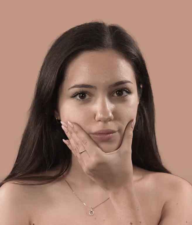 Farbiges Mitarbeiterbild von Alexandra mit Hand im Gesicht